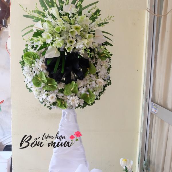 vòng hoa chia buồn màu trắng